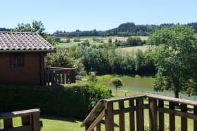 Chalet-gîte N° 6, plan d'eau d'Azole à Propières (Rhône - Beaujolais Vert) : vue sur la campagne et le plan d'eau.