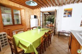 La cuisine avec vue sur la terrasse couverte