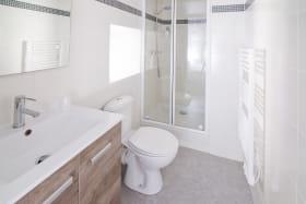 Hôtel Le Cantou Orcival salle de bain