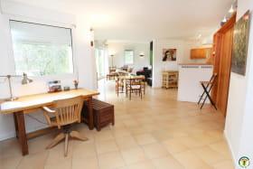 L'entrée avec bureau, à droite, la cuisine et au fond le grand séjour.