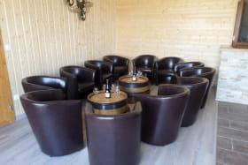 Les 3 gîtes du vignoble Aufranc à Fleurie (Rhône - Beaujolais des crus - vignoble) : l'espace salon du gîte de 12 personnes au rez-de-chaussée.