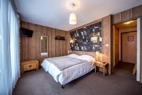 Chambre double ou familiale avec salle de bain/wc, TV, balcon