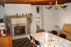 Gîte 'Les Micocouliers' à Saint Loup, Vindry-sur-Turdine (Rhône - Monts du Beaujolais, proche de Tarare) : le séjour avec cheminée.