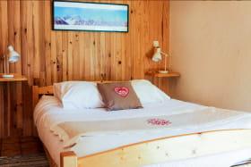 chambre grand lit champ de pin