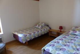 Gîte de la Petite Gallée à Millery (Rhône - Ouest Lyonnais) : chambre avec 2 lits de 90 x 200cm.