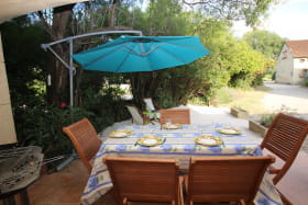 Terrasse dinatoire avec barbecue