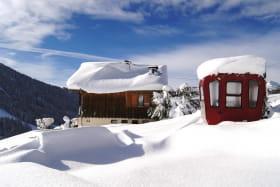 Vue ouest avec l'ancienne cabine du glacier du Géant entre l'aiguille du midi et la pointe Helbroner( Italie)