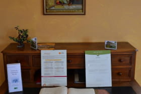 Gîte d'étape et de groupe des Essarts à Pouilly - Porte des pierres Dorées (Rhône - Beaujolais) : le coin-bureau.