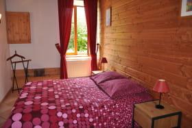 Gîte 'Le Petit Colombier' à Chambost-Longessaigne (Rhône - Monts du Lyonnais - Sud de Tarare) : chambre grand lit au rez-de-chaussée.