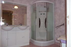 Gite Le Grand Bucheux à Huriel, salle de douche