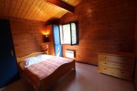 Chalet-Gîte du Plan d'eau d'Azole (Gîte N° 2) à Propières (Rhône - Beaujolais Vert) : la chambre avec grand lit.
