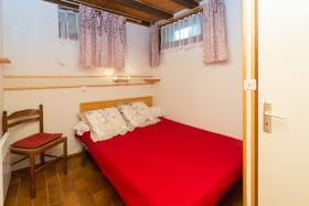 Chambre 1 : comprenant 1 lit en 140 cm , un lavabo, 1 douche , et WC privatif