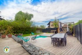 Grande terrasse, piscine, salon de jardin...