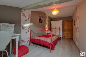 Chambre composée d'un lit en 120cm pour une personne.