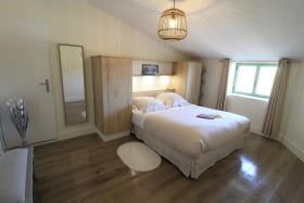 Gîte 'Domaine de la Feuillade - Louis Thorel' à Messimy (Rhône - Ouest Lyonnais) : la chambre avec grand lit.