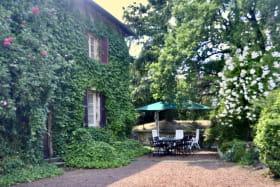 Gîte 'La Clef des Champs' à Pollionnay (Rhône - Ouest Lyonnais) : terrasse ombragée.