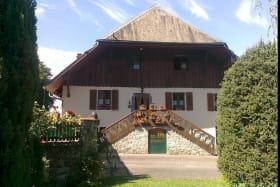 C'est dans une ferme du 18ème siècle que vous serez chaleureusement accueillis par Michèle et Bertrand.rnLes Chambres sont indépendantes et en rez de jardin, privatif.