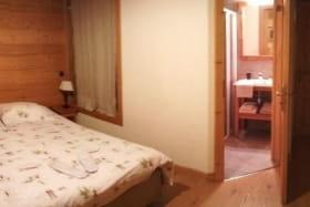 Chambre 2 : salle de bain et toilettes privatives