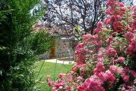 Gîte de Montmenot à Ancy (Rhône - Monts du Beaujolais): les extérieurs fleuris