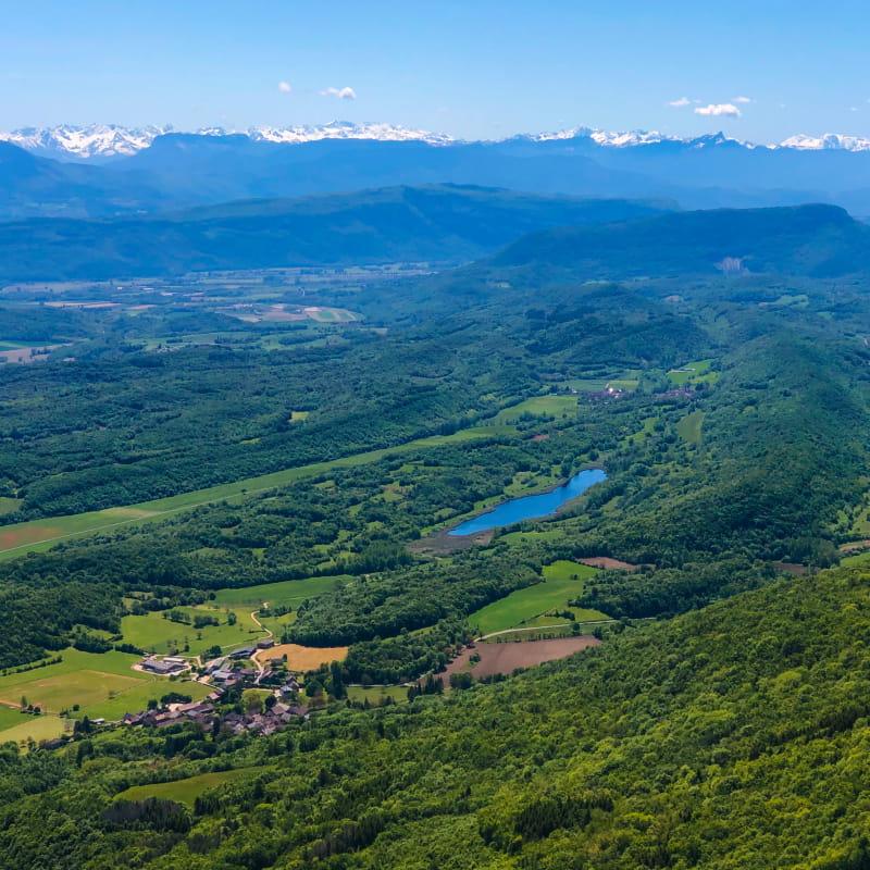 Vue depuis la Croix d'Innimond sur le lac d'Arboreaz, le sud du Bugey, le massif de la Chartreuse et du Vercors