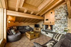 salon chaleureux avec cheminée savoyarde