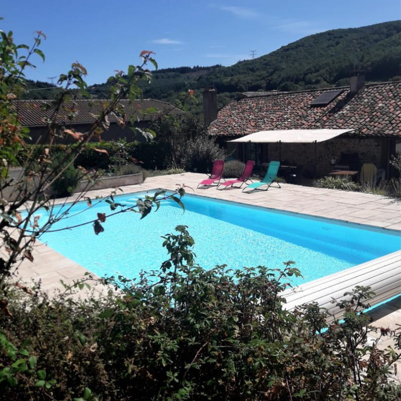 Gîte 'Le Cocon de Mya' à Cenves (Rhône, Haut Beaujolais, limite Bourgogne) : la piscine commune.