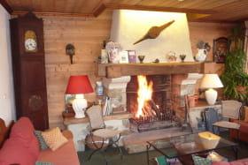 Salon et son coin cheminée