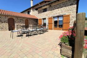 Les Chambres de l'Ouest à Longessaigne (Rhône - Monts du Lyonnais): la maison typique de la région.