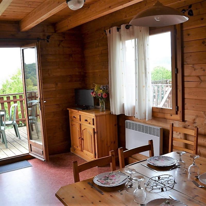 Gîtes de Priangue à Saint-Jacques-des-Arrêts (Rhône - Monts du Beaujolais) : séjour ouvrant sur la terrasse.