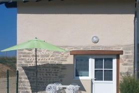 Terrasse et  façade  du  gîte