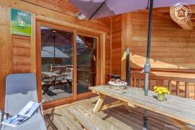 Terrasse privative exposée Sud et équipée pour la détente et les repas