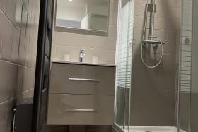 Sèche-serviette soufflant + douche, meuble sous vasque 2 tiroirs
