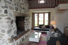 Le coin séjour/détente avec la cheminée et la télévision