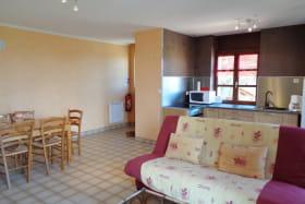 Pièce à vivre avec cuisine ouverte sur l'espace salon/salle à manger.