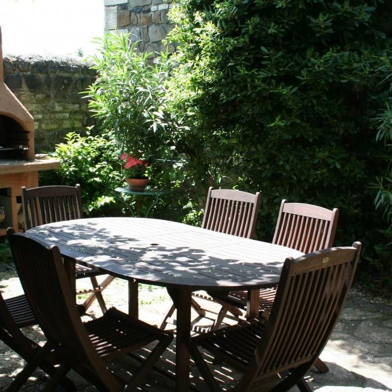 Terrasse ombragée avec barbecue