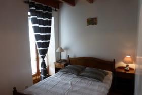 Gîte 'La Glycine' à Meaux la Montagne (Rhône, Beaujolais Vert, près du Lac des Sapins) : la chambre du rez-de-chaussée.