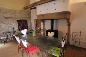 Gîte 'Il était une fois' à Ternand (Rhône - Beaujolais des Pierres Dorées, proximité de Villefranche-sur-Saône) : pièce de jour, espace repas.