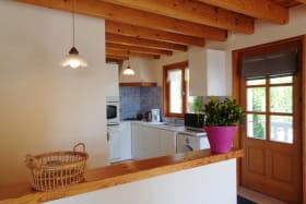 Pièce à vivre avec cuisine ouverte sur le salon/salle à manger.