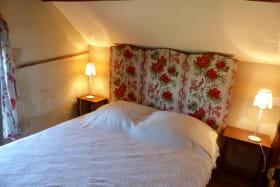 Gîte La Maisonnette à TOULON SUR ALLIER. Grand lit en mezzanine.