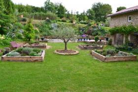 Vous découvrez dans le jardin en carrés le dada de Claude : les plantes aromatiques.