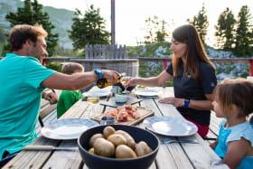 terrasse du refuge face au Mont-blanc avec famille