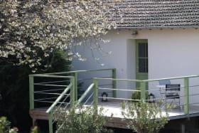 Chambre d'hôtes 'Les Glycines' à Regnié-Durette (Rhône-Beaujolais) : terrasse privative à la chambre.