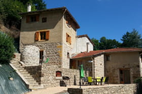 Gîte L'Echilette à Montrottier (Rhône - Monts du Lyonnais) : l'arrivée, accès au gîte par les escaliers extérieurs.