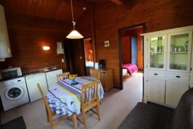 Chalet-Gîte du Plan d'eau d'Azole (Gîte N° 3) à Propières (Rhône - Beaujolais Vert) : séjour, espace repas, espace salon.