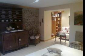 La chambre Amandine est luxueusement décorée,avec goût liant pierre, bois et mobilier ancien.Le lit(160x200)est de qualité