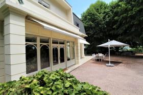 Maison de vacances / meublé City Break 'La Souveraine' à Saint-Genis-Laval (Rhône - banlieue Sud de Lyon) : la terrasse et l'entrée de la maison.