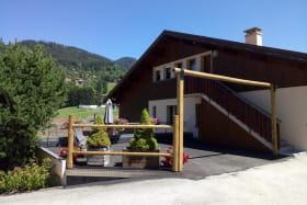Terrasse et parking à l'arrière de la maison.