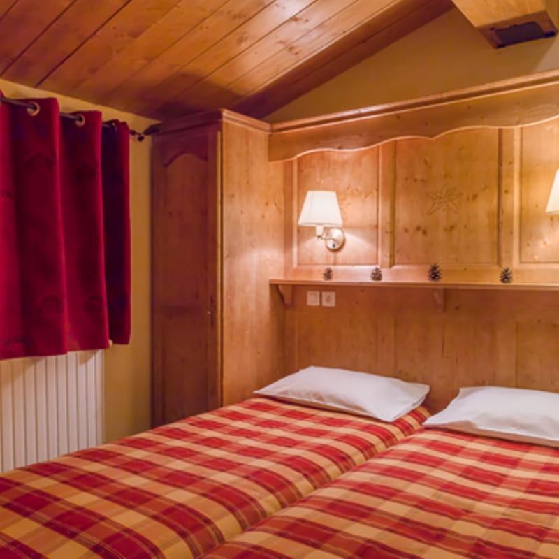 balcons-valcenis-village-lanslevillard-chambre