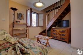 L'espace salon avec l'accès aux chambres.