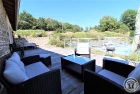 Grand gîte des Chambres de L'Ouest à Longessaigne (Rhône, Monts du Lyonnais) : espace détente sur la terrasse.